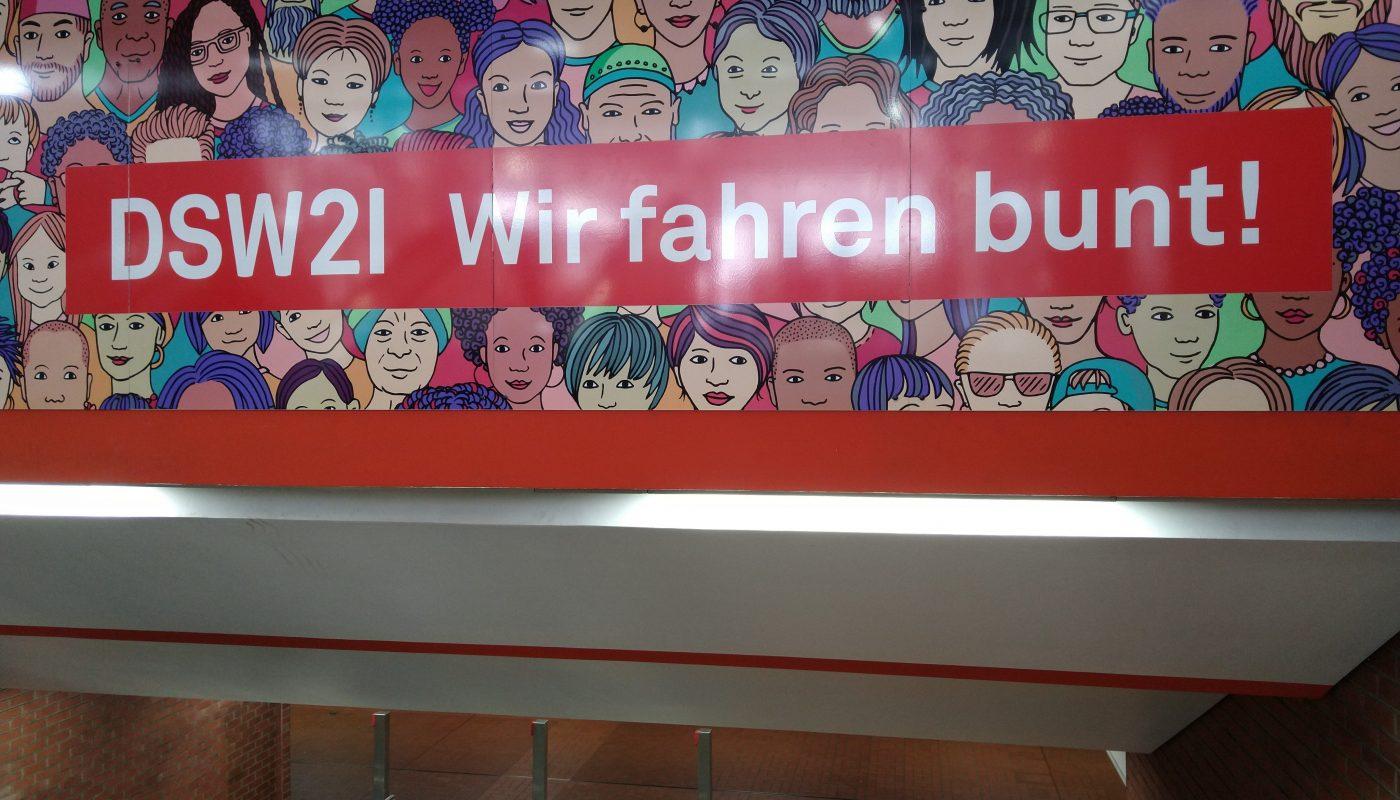 Werbe Tafel des Bahnbetreibers DSW21 mit der Aufschrift: DSW21 - Wir fahren bunt